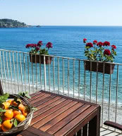 This holiday home for up to four people can be found in the immediate vicinity of the sea, near Taormina on Sicily's east coast.